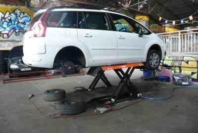 Comment travailler sous une voiture sans pont ?