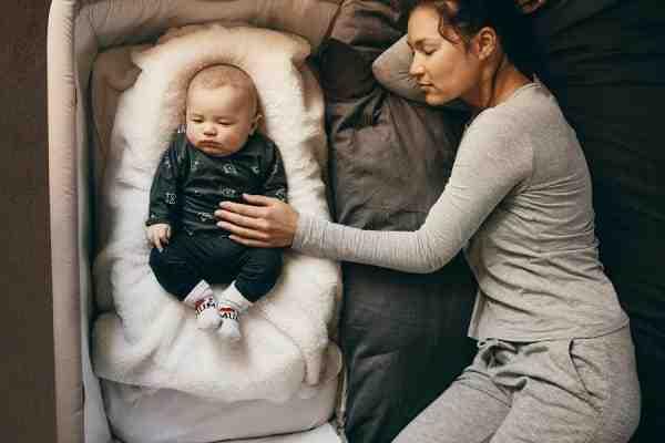 Comment bien caler bébé sur le côté ?