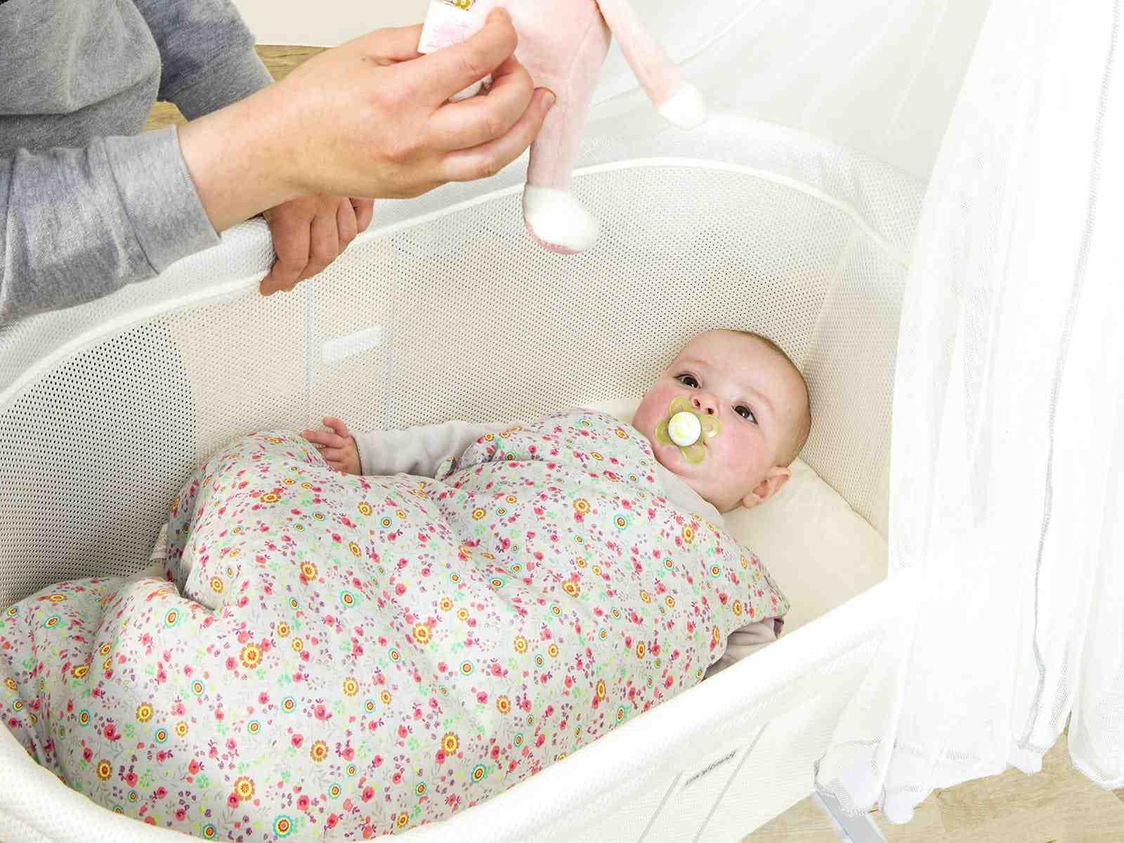Comment faire pour que bébé dorme sur le dos ?