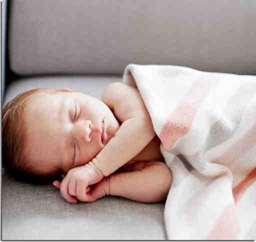 Est-ce grave si bébé dort sur le côté ?