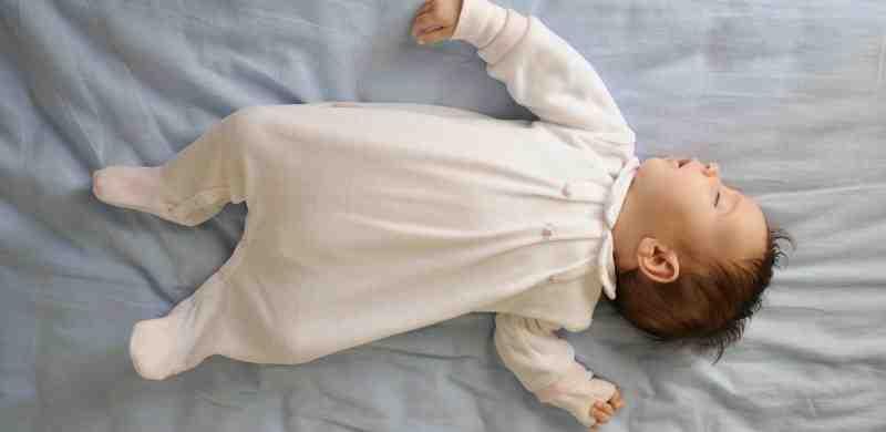 Est-ce que bébé peut dormir sur le côté ?