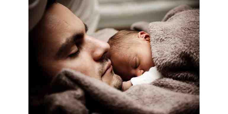 Pourquoi bébé aime dormir sur maman ?