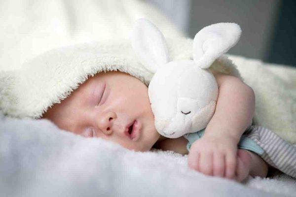 Pourquoi bébé doit dormir à plat ?