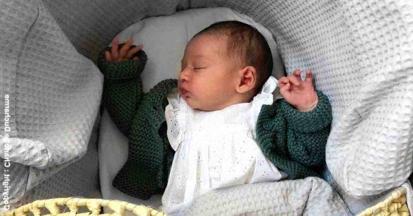 Pourquoi bébé dort la tête en arrière ?