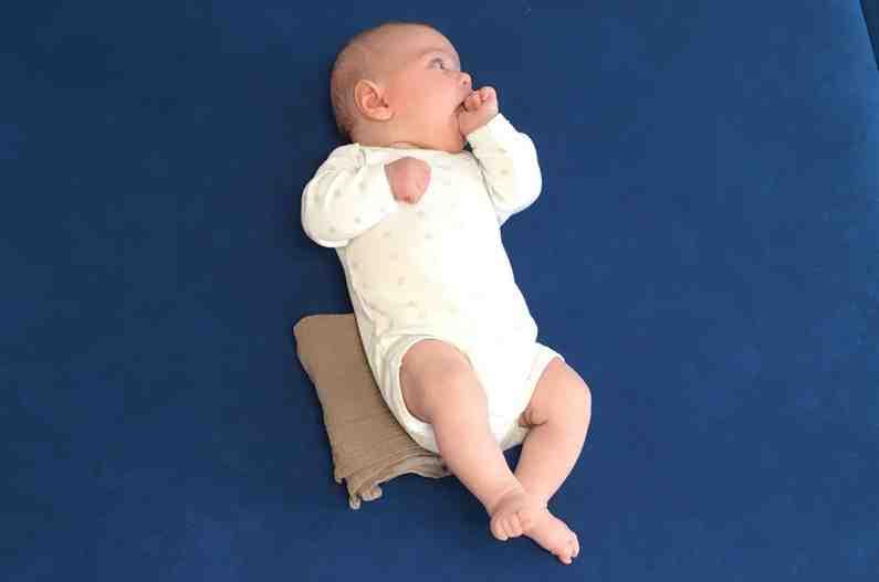 Pourquoi bébé jette sa tête en arrière ?