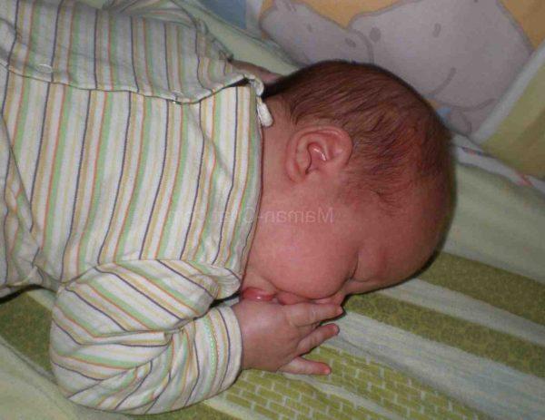 Pourquoi bébé ne doit pas dormir sur le côté ?