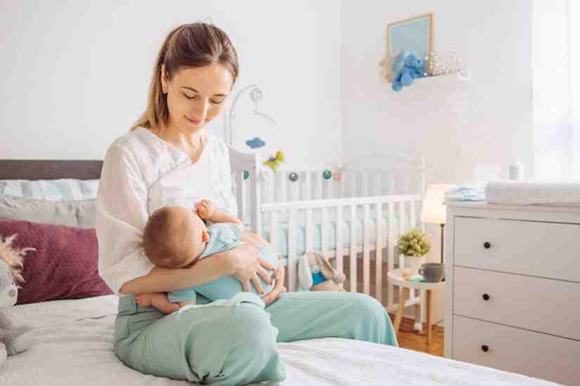 Quel âge bébé peut dormir avec couverture ?
